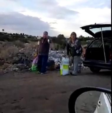 Las dos personas fueron filmadas cuando tiraban elementos en un minibasural (captura video)