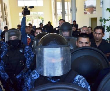 Procedimiento. Policías e infantes reprimieron a los trabajadores que ingresaron al municipio de Trevelin.