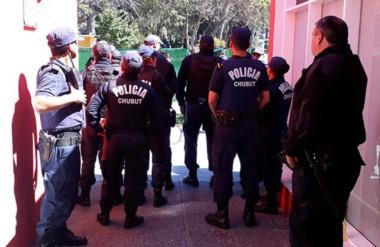 Uniformados. Un grupo de policías cuida el patrimonio público en la Municipalidad capitalina.