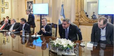 Sentado al lado del presidente. Arcioni valoró la convocatoria de Macri y ayer tuvo un lugar de privilegio en la cumbre de gobernadores.