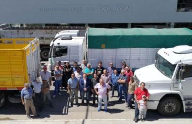 Camioneros. De saco, el intendente Bowen con los transportistas que quieren empleo en las arenas silíceas.