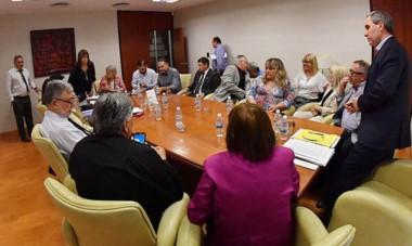 Versiones. El ministro Oca, parado durante el encuentro del jueves con los diputados, del cual hubo varias interpretaciones por lo que se dijo.