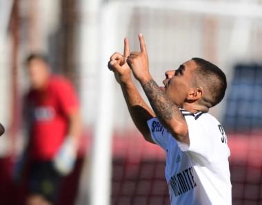 Ramón Borda, de penal, marcó el gol del triunfo de Riestra.