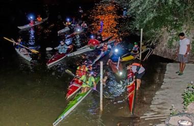 Con luces en las frentes para ver mejor. Algunos también adornaron sus kayaks con luces de colores.