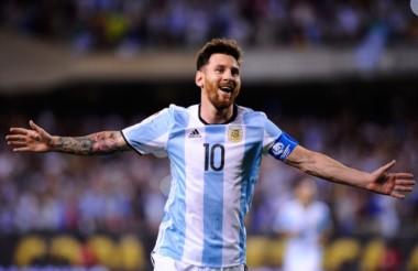"""Messi brindó una entrevista para FIFA: """"Espero que el fútbol me pague su deuda con un Mundial""""."""