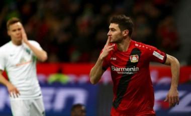 Habitual festejo de Alario. Volvió a jugar y respondió con un gol para el Leverkusen.