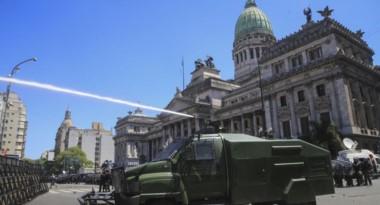 Un sofisticado camión hidrante moja a los manifestantes, buscando disuadirlos. (foto gentileza Ámbito Financiero)