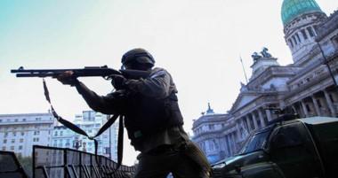 Gendarmería reprimió con balas de goma y gases lacrimógenos a los manifestantes más violentos.