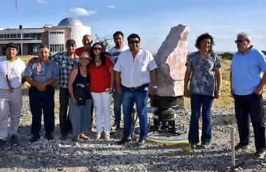 La piedra toba que se tallará, con el aporte de la comunidad, fue presentada en la Laguna Chiquichano.