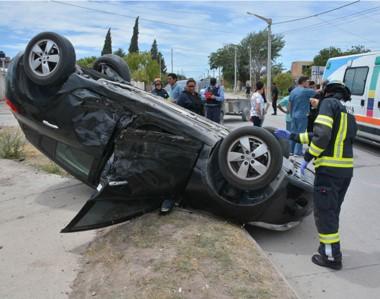Así quedó el Renault Megane luego de haber sido víctima de un brutal impacto en uno de sus laterales.