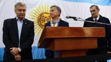 El cuestionado ministro (izquierda) junto al presidente y el ex jefe de la Armada,en los días que despuntaba el caso.