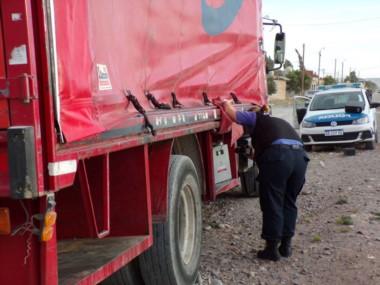 El camión apareció  abandonado en barrio Inta (foto Radio 3)