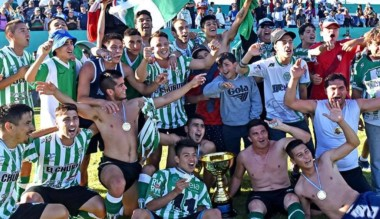 Ya con el trofeo en mano, los jugadores de Germinal celebraron en El Fortín.
