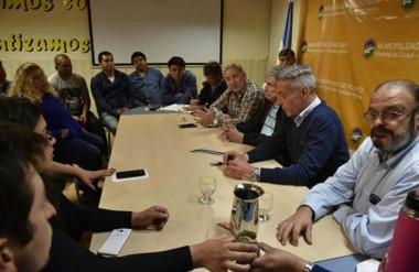 Gestiones. El gobernador pasó por Río Mayo y escuchó varios reclamos de sectores políticos y sociales.