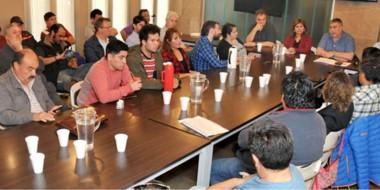 Cumbre. Héctor González encabezó la mesa en la que se repasó un documento muy crítico con Nación.