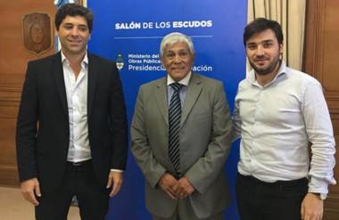 """Rodeado. Desde la izquierda, Sebastián García de Luca, el intendente Currilén y """"Nacho"""" Torres en Capital Federal."""