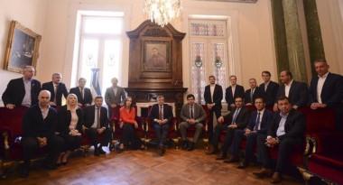 El gobernador Arcioni aparece a la derecha de la imagen que engrosará los Anuarios políticos de 2017.