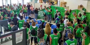 Los manifestantes enrolados en el sindicato de los estatales llegaron hasta las oficinas de Seros.