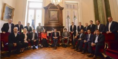 Arcioni a la derecha. El presidente de la Cámara de Diputados de la Nación rodeado de los gobernadores.