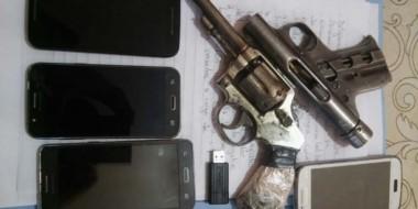 Hallazgo. Los celulares y las armas incautadas fueron presuntamente utilizados en los atracos.