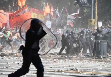 Los enfrentamientos arrancaron pasadas las 13 y continuaron entrada la noche. Hubo choques entre manifestantes y la Policía Metropolitana.