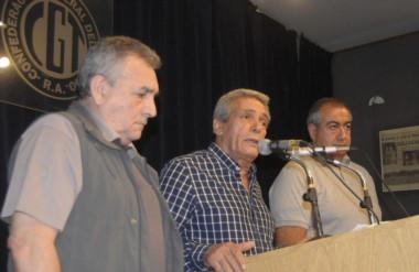 El secretario general de la central obrera, Juan Schmid junto a sus pares Carlos Acuña y Héctor Daer.