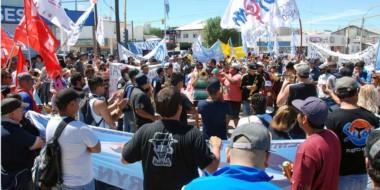 Banderas. Una postal de la movilización en Puerto Madryn, donde hubo muchos reclamos.