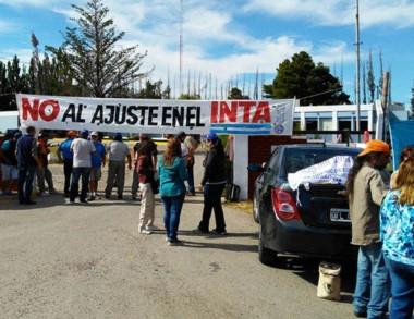 Protesta. La delegación del Inta, escenario de la queja en Trelew.