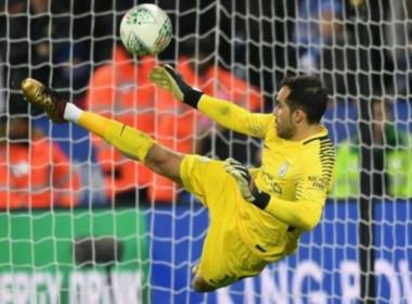 Claudio Bravo pudo ser villano; pero se salvó, tapó un penal y fue héroe de Manchester City.