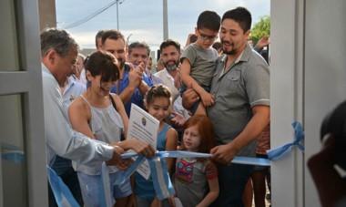 El techo propio. A pocos días de la Navidad, casi medio centenar de familias recibieron ayer del Gobierno provincial su nueva vivienda.