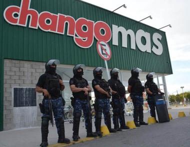 La policía detuvo a 7 personas que intentaron ingresar al súper.