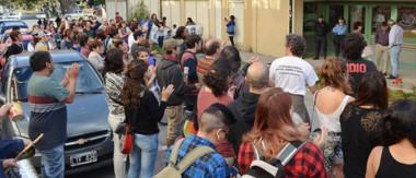 Ruido. La gente se manifestó frente al Centro Melipal, donde se encontraba el intendente Sergio Ongarato.