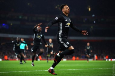 El United venció a Arsenal de visitante y se acercó a la cima.