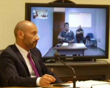 La audiencia sucedió con el imputado estando junto a su abogado .