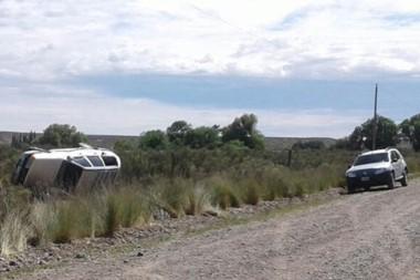 El coche quedó volcado a un costado del camino tras perder el control a media mañana de ayer.