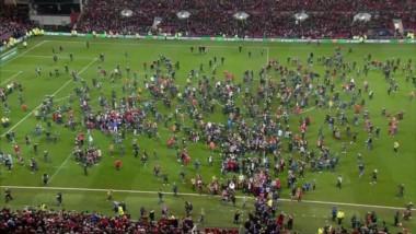 La gente invadió el estadio para abrazar a sus jugadores. Emoción pura. El equipo de segunda y un partido épico.