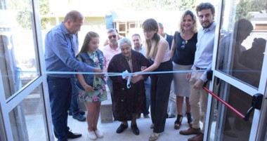 A la inauguración de las flamantes instalaciones asistieron  autoridades municipalesy vecinos del barrio.