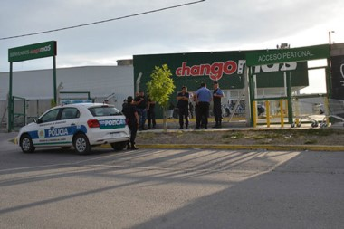 Presencia policial. Una postal del supermercado de Trelew que disparó la alarma en el Gobierno provincial.