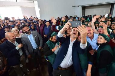 Selfie. Los intendentes y el gobernador posaron con los empleados de la Cooperativa durante la recorrida.