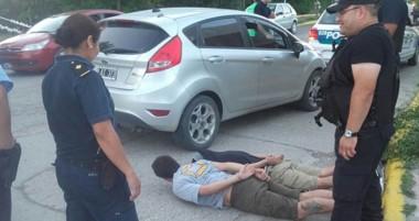 Personal de la Comisaría de Gaiman evitó que los peligrosos delincuentes se dieran a la fuga en el auto gris.