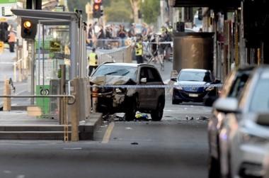 Dos hombres en un vehículo embisten a una multitud en Melbourne, Australia.