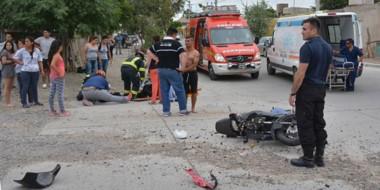 Roto. Una postal del destrozo que quedó tras la colisión del vehículo contra la moto con dos ocupantes.
