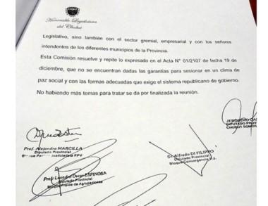 El dictamen de la Comisión que determinó suspender la sesión.