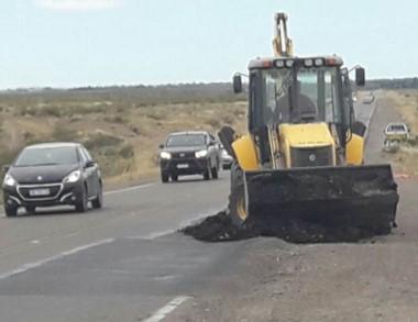 Las máquinas de Vialidad Nacional trabajando sobre el asfalto.