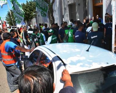 Queja. Los camioneros también pasaron por la Unidad Regional de Trelew para gritar por su inseguridad.