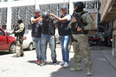 Policías de Mendoza llevan detenido a Martín Alejandro Espiasse Pugh tras atraparlo a la salida de un kiosco. (Gentileza: La Voz de Mendoza))