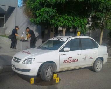 Rociado. Las pericias policiales sobre el vehículo de Grupo Jornada, en un episodio que fue un mensaje.