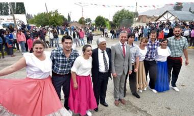 Posando para la foto. El gobernador participó de diferentes actividades con Currilén y luego entregó las llaves de 10 viviendas a los vecinos del lugar.