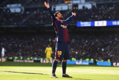 """Messi celebra de cara a los hinchas del Real Madrid que luego lo llamaron """"subnormal""""."""