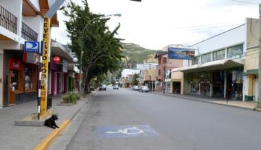 Calle desierta. Poco movimiento este lunes en Esquel.